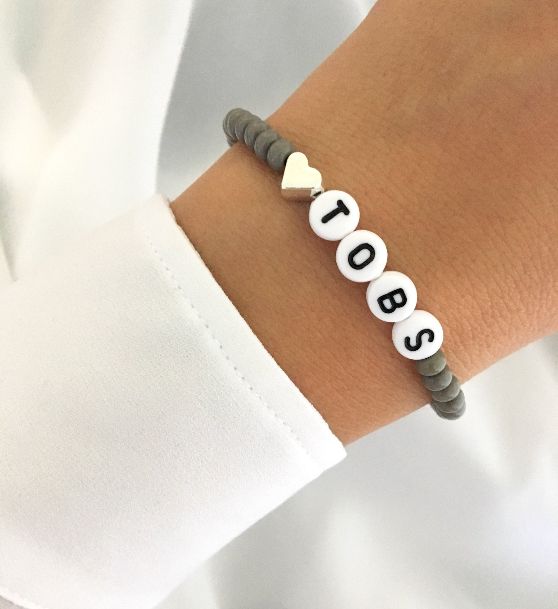 ARMBAND Perlenarmband Grau Buchstabe silberfarben Initialen Herz Geschenkidee